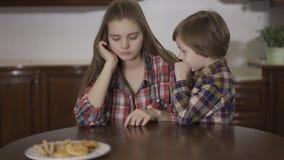 Portret aanbiddelijk klein jongen het fluisteren geheim aan ouder zustermeisje Houdende van vriendschappelijke familie, gelukkige stock videobeelden