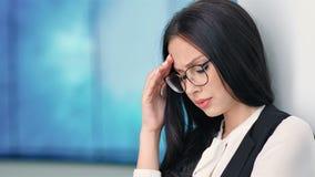 Portret aantrekkelijke onderneemster in glazen die hoofdpijn op hitech tentoonstelling hebben stock video