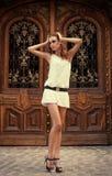 Portret ładna kobieta przed drzwi Obrazy Royalty Free