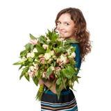 Portret ładny brunetki mienia bukiet kwiaty Fotografia Stock