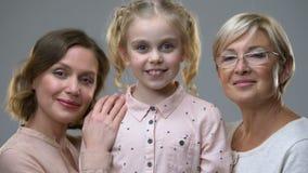 Portret adoptowana dziewczyna z nową kochającą rodziną, dzieci wyprostowywa, ochrona zbiory