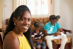Portret Afrikaanse Amerikaanse Moeder die bij Camera glimlachen stock foto's
