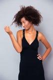Portret afro amerykańska kobieta dotyka jej włosy Zdjęcie Stock