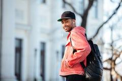 Portret afro amerykański mężczyzna słucha muzyka outdoors Fotografia Royalty Free