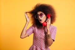 Portret afro amerykańska kobieta w retro stylu odziewa Zdjęcie Stock