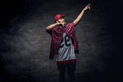 Portret afroamerykański tancerza facet ubierał w czerwonej runo nakrętce i koszula przy studiiem Odizolowywający na zmroku obrazy royalty free