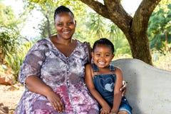 Portret afrykanin matka z dzieckiem pod drzewem Zdjęcia Stock