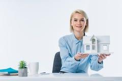 portret agenta nieruchomości seansu domu model Obraz Royalty Free