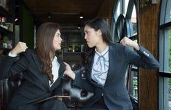 Portret Agresywna młoda Azjatycka kobieta w formalnej odzieży, bizneswoman walce lub Coworkers walczyć/ Zdjęcia Stock