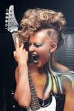 Portret agresywny krzyczący ruch punków z gitarą Obraz Stock