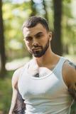 Portret agresywny mięśniowy facet Zdjęcia Stock