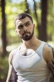 Portret agresywny mięśniowy facet Obrazy Stock