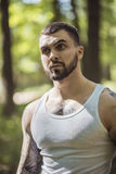 Portret agresywny mięśniowy facet Obrazy Royalty Free