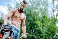 Portret agresywny sportowy mężczyzna z piłą łańcuchową dostaje przygotowywający Fotografia Royalty Free