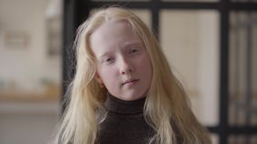 Portret albinos dziewczyna patrzeje kamery ono uśmiecha się z popielatymi oczami Niezwyk?y pojawienie Beztroski dzieci?stwo Twarz zbiory