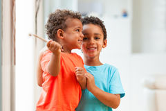 Portret amerykan afrykańskiego pochodzenia braci dziecko bawić się wpólnie Obraz Stock