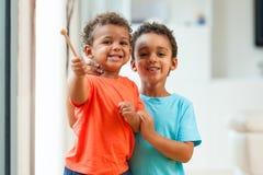 Portret amerykan afrykańskiego pochodzenia braci dziecko bawić się wpólnie Fotografia Royalty Free