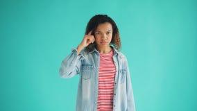 Portret amerykanin afrykańskiego pochodzenia damy skręcania palec przy świątynnym robi durnia znakiem zbiory wideo