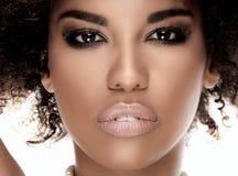 Portret amerykanin afrykańskiego pochodzenia dziewczyna w perłach Obrazy Royalty Free
