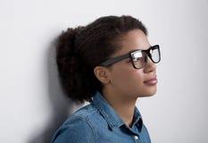 Portret amerykanin afrykańskiego pochodzenia kobieta z szkłami Zdjęcia Royalty Free