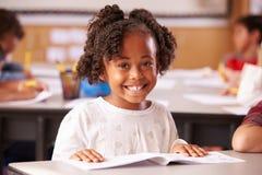 Portret amerykanin afrykańskiego pochodzenia szkoły podstawowej dziewczyna w klasie obraz royalty free