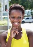Portret amerykanin afrykańskiego pochodzenia dziewczyna z żółtą koszula i krótkim włosy Obraz Royalty Free