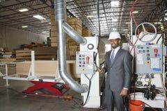 Portret amerykanina afrykańskiego pochodzenia męski inżynier w szalunek fabryce Fotografia Royalty Free