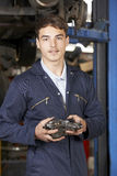 Portret aplikanta mechanik W Auto Remontowym sklepie zdjęcie stock