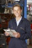 Portret aplikanta mechanik W Auto Remontowym sklepie obrazy royalty free