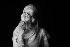 Portret Arabisch meisje in witte hijab, b/w-foto, zwart oog Stock Fotografie