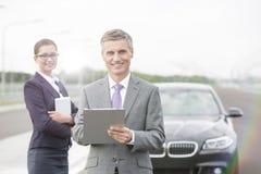 Portret asekuracyjny agent z schowek pozycją przeciw bizneswomanowi awaria samochodem obrazy royalty free