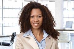 Portret atrakcyjna afro kobieta przy biurem Zdjęcia Royalty Free
