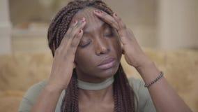 Portret atrakcyjna amerykanin afrykańskiego pochodzenia młoda kobieta robi kierowniczemu masażowi w jej mieszkaniu po ciężkiego d zbiory