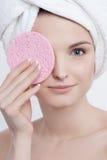 Portret atrakcyjna błękitnooka młoda dama z naturalnym makijażem Zdjęcia Royalty Free