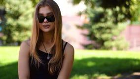 Portret atrakcyjna blondynki kobieta usuwa okularów przeciwsłonecznych spojrzenia ufnych kamera zbiory wideo