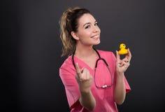 Portret atrakcyjna damy lekarka zaprasza dla skąpania obrazy stock