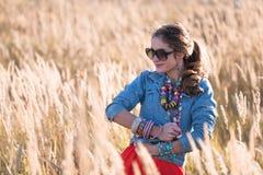 Portret atrakcyjna dziewczyna na polu w okularach przeciwsłonecznych Zdjęcie Stock