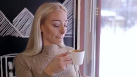 Portret atrakcyjna dziewczyna z filiżanką kawy zbiory wideo