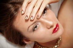 Portret atrakcyjna dziewczyna z pięknymi ślimakowatymi Minx gwoździami Obrazy Royalty Free