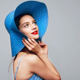 Portret atrakcyjna elegancka kobieta w błękitnej sukni i kapeluszu Obrazy Stock