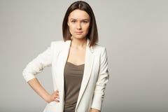 Portret atrakcyjna elegancka młoda brunetka Zdjęcia Stock