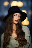 Portret atrakcyjna elegancka młoda kobieta z czarnym kapeluszem Zdjęcie Stock
