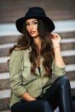 Portret atrakcyjna elegancka młoda kobieta z czarnym kapeluszem Fotografia Stock