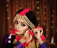 Portret atrakcyjna indyjska Hinduska panna młoda fotografia stock
