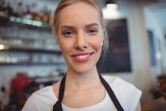 Portret atrakcyjna kelnerka przy kawiarnią Zdjęcia Royalty Free