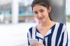 Portret Atrakcyjna kobieta używa telefon zdjęcia stock