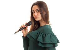 Portret atrakcyjna młoda dziewczyna z mikrofonem w ręce odizolowywającej na białym tle zdjęcia stock