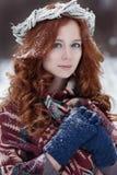 Portret atrakcyjna młoda redheaded kobieta w etnicznej odzieży Fotografia Stock