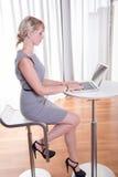Portret atrakcyjna młoda biznesowa kobieta z laptopem obrazy royalty free