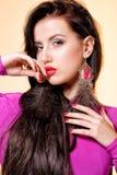Portret atrakcyjna młoda kobieta w purpurowej sukni Obraz Stock